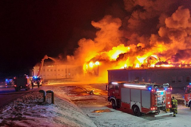 Ogromny pożar przetwórni owoców w Białej Rawskiej wybuchł w piątek wieczorem (15 stycznia). Ogień objął halę i magazyn zakładu znajdującego się przy ul. Targowej.W momencie, gdy wybuchł pożar, w zakładzie znajdowało się 18 pracowników. Wszyscy ewakuowali się przed przyjazdem na miejsce strażaków.CZYTAJ DALEJ NA NASTĘPNYM SLAJDZIE