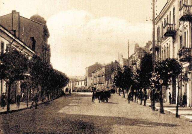 Jedną z cech charakterystycznych kamienicy przy ul. Sienkiewicza 22 była wieńcząca fasadę kopuła, widoczna po lewej stronie pocztówki (ze zbiorów Biblioteki Uniwersyteckiej )