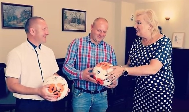 Przedstawiciele klubu Cukrownik Tuczno (prezes Jacek Bukiewicz i trener Mirosław Gabryszak) piłki otrzymali od starosty Wiesławy Pawłowskiej