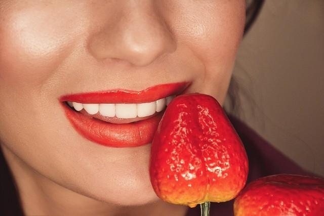 Truskawki mają dobroczynny wpływ na cerę i włosy, dlatego warto poświęcić kilka owoców na przygotowanie odżywczych maseczek.