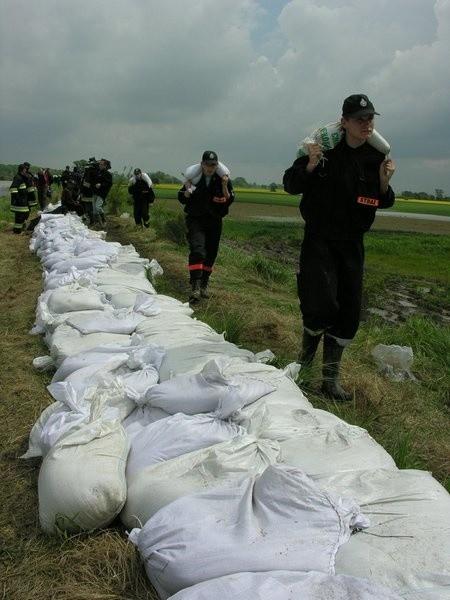 Na pomoc mieszkańcom Lipek przyjechali m.in. strażacy z pięciu jednostek ochotniczych w gminie Grodków.