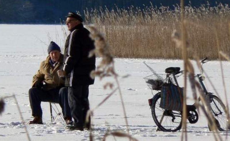 rzaskający mróz nie odstraszył miłośników łowienia ryb w przerębli. Skoro świt, jezioro Trzesiecko zaroiło się od wędkarzy.