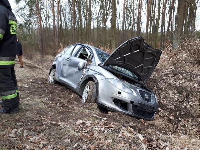 Do wypadku doszło na drodze wojewódzkiej nr 132. 45-letnia kobieta z urazem kręgosłupa została przetransportowana śmigłowcem do szpitala.