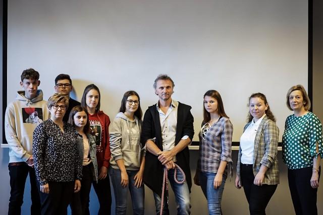 W spotkaniu z reżyserem Leszkiem Dawidem wzięli udział także uczniowie z Zespołu Szkół w Wołczynie i ze szkoły podstawowej nr 1 w Kluczborku.