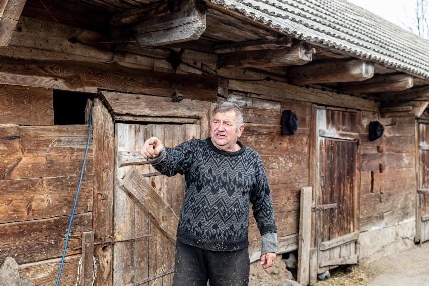 Gienek wraz z synem Andrzejem są rolnikami z Podlasia. Stali...