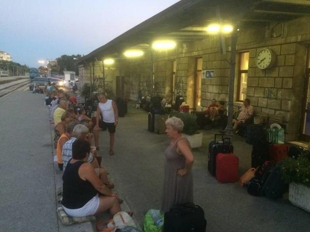Zdani na własne siły turyści z Łodzi i Aleksandrowa Łódzkiego spędzili noc na chorwackim dworcu.
