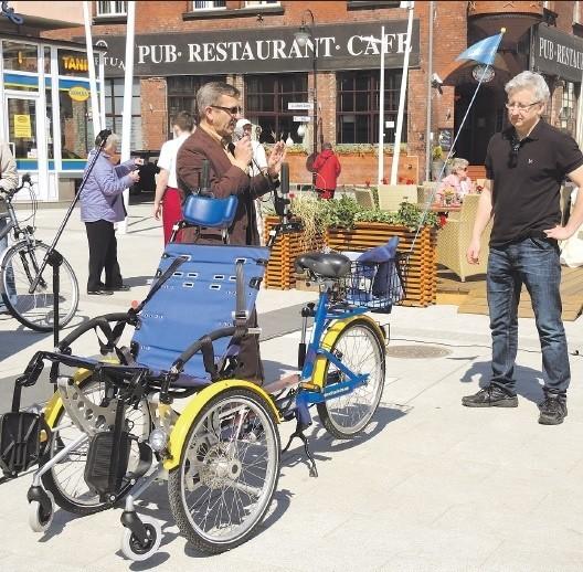 Rikszę dla niepełnosprawnych i starszych osób można zarezerwować w firmie Baltic Bike przez e-mail info@balticbike.pl.