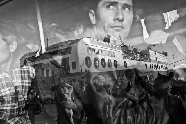 ZDJĘCIE ROKU! fot.Dawid Zieliński. 17 października Grecja. Zdjęcie roku 2016. Migranci i uchodźcy opuszczają port w Pireusie.