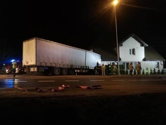 Kierowca, który w poniedziałek wieczorem wjechał w dom w Przydargini, był pod wpływem narkotyków, do tego znaleziono przy nim narkotyki. Do zdarzenia, jak informowaliśmy, doszło w poniedziałek ok. godziny 20. Kierowca samochodu ciężarowego (jechał bez ładunku) z Suwałk, który jechał krajową drogą nr 11 od Bobolic w kierunku Koszalina, spowodował groźny wypadek. Na zakręcie stracił panowanie nad pojazdem, zjechał z drogi i uderzył w dom. Na szczęście nikomu nic się nie stało. Budynek trzyrodzinny, jak stwierdził nadzór budowlany, nie nadaje się do zamieszkania. Trzy rodziny, w sumie osiem osób, zostało bez dachu nad głową. Poszkodowani nie chcieli jednak skorzystać ze schronienia, jakie zaproponował w hotelu samorząd Bobolic, znaleźli nocleg u swoich bliskich. Kierowca, 33-letni mężczyzna, jak wykazały badania przeprowadzone przez koszalińskich policjantów, był pod wpływem THC. Ponadto znaleziono przy nim 4 gramy marihuany. Został zatrzymany za posiadanie narkotyków i prowadzenie pod wpływem narkotyków. Niewykluczone, że dziś w prokuraturze w Szczecinku, która będzie prowadzić sprawę, usłyszy zarzut spowodowania katastrofy w ruchu drogowym. Marzena SutrykZobacz także Policjanci rozdawali odblaski mieszkańcom Koszalina