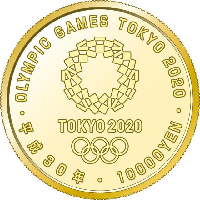 """Złoty samurajEmisja o nominale 10 tys jenów została wybita z czystego złota. Na awersie są przedstawione zawody yabusame, wywodzące się z ćwiczeń samurajów. Jazda konna bez użycia rąk i strzelanie z grzbietu pędzącego konia uchodziły za wyzwania, którym sprostać mogli jedynie nieliczni wojownicy. Wizerunkowi jeźdźca towarzyszy napis """"shin-gi-tai"""" (""""duch – technika – siła""""), czyli fundamentalne cnoty japońskiej filozofii sportu. Na rewersie numizmatu znajduje się logotyp Letnich Igrzysk Olimpijskich w Tokio, inskrypcja z nominałem monety i zapisaną na sposób japoński datę emisji (2018), wskazującą trzydziesty rok panowania cesarza Akihito."""
