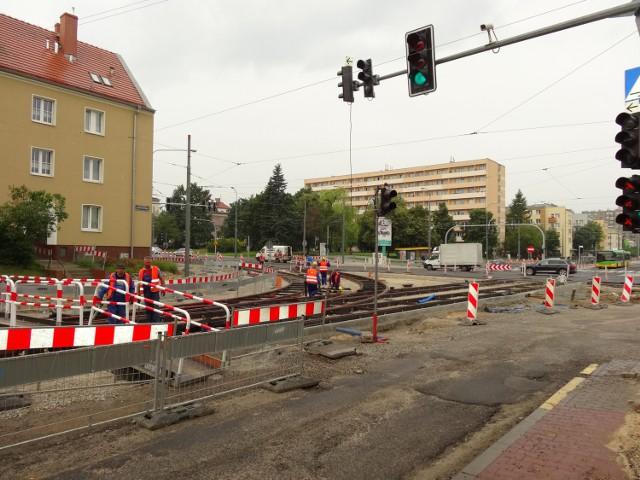 Kiedy patrzy się na kolejne zamknięte ulice i zmiany organizacji ruchu, to można dojść do wniosku, że Poznań zamienia się w piekło dla kierowców. Zresztą nie tylko dla nich, gdyż rowerzyści i pasażerowie MPK także są ofiarami komunikacyjnego paraliżu. Można wykorzystać to jako zachętę do poprawy formy i chodzić wszędzie pieszo. W końcu ruch to zdrowie!