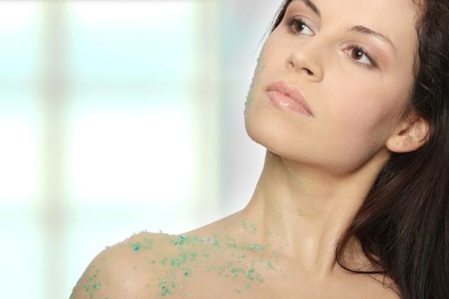 Peeling do ciała ujędrni, nawilży i wygładzi skórę. warto go robić regularnie.