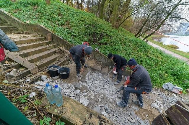 Rozpoczęła się rozbiórkach schodów nad zalewem od strony ulicy Klonowej w Kielcach. Na ich miejscu powstaną nowe stopnie z poręczą.