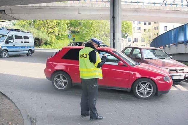 5 maja, ul. Panieńska, godz. 9, audi A3 stoczyło się na jezdnię skutecznie blokując przejazd.