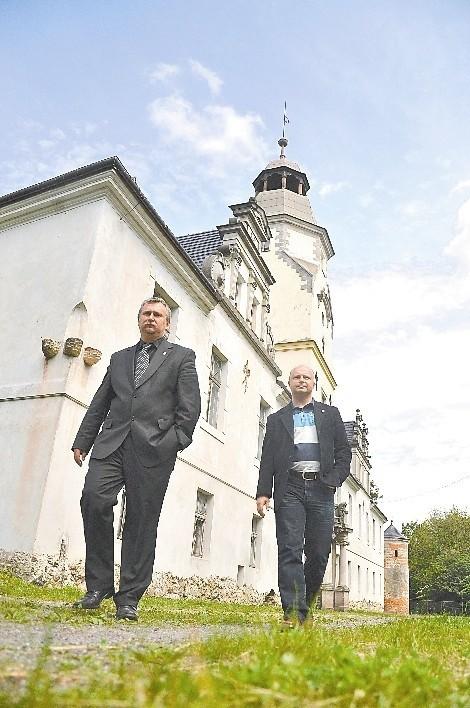 - Mamy wiele zabytków, nie pozwolimy, aby one niszczały - mówią wójt Marek Leja i Zbigniew Janowski (z prawej). (fot. Mariusz Jarzombek)