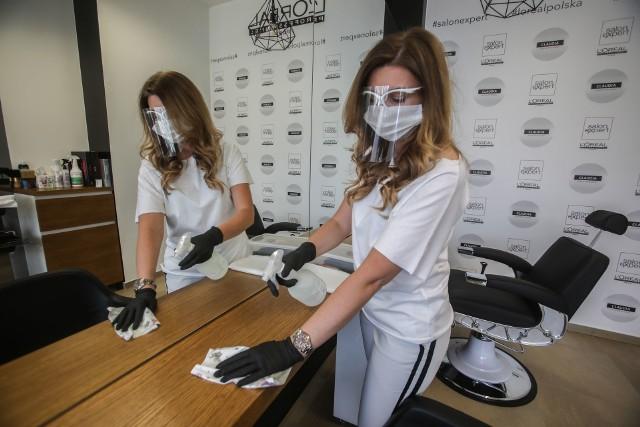 - Salony fryzjerskie i kosmetyczne przygotowały się do otwarcia w poniedziałek 18 maja swoich gabinetów z myślą o bezpieczeństwie pracowników i klientów - zapewniają Magdalena Dąbrowska, kosmetyczka i właścicielka Gabinetu Kosmetycznego Natural Beauty w Rzeszowie oraz Małgorzata Borowiec, właścicielka salonu fryzjerskiego Claudia w Rzeszowie.