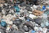 Martwy noworodek na wysypisku śmieci w Łężycach. Nie udało się odnaleźć matki dziecka, postępowanie umorzono