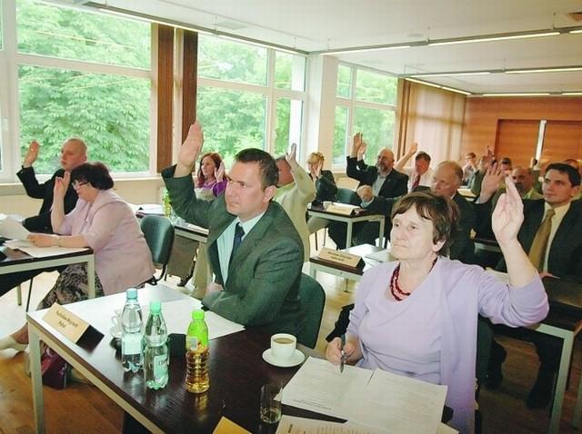 (fot. Anna Białęcka) Tym razem radni obradowali w sali Miejskiego Ośrodka Kultury. Głosowali zgodnie nad uchwałami, obrady trwały tylko godzinę.