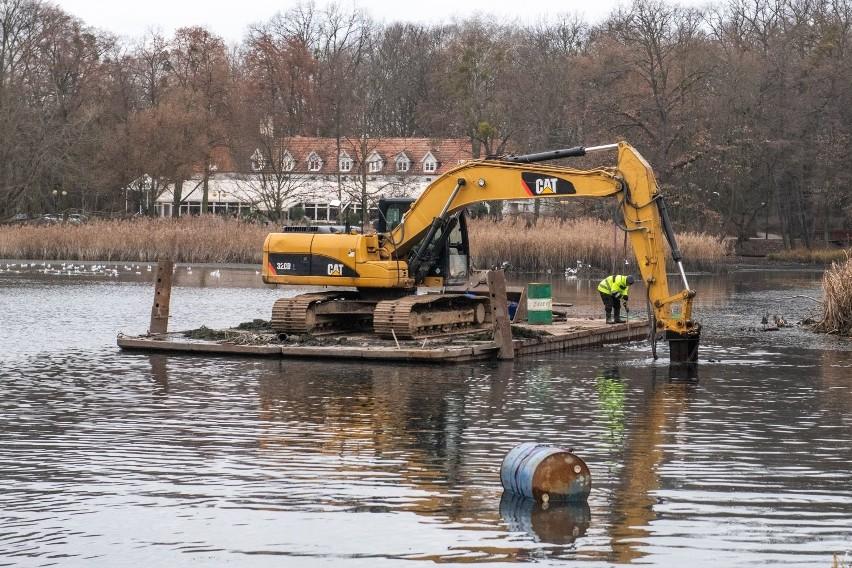 Po stawie w parku Sołackim pływa tratwa z koparką. Pojawił się też tajemniczy rurociąg - informują mieszkańcy poznańskiego Sołacza. Co tam się dzieje? - pytają. Sprawdziliśmy.Przejdź do kolejnego zdjęcia --->