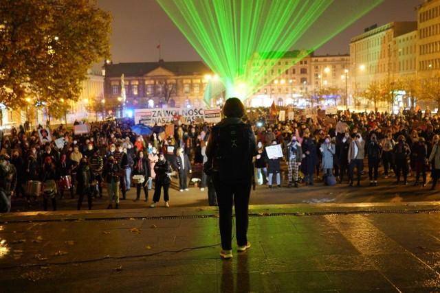 Poznański protest na placu Wolności zaplanowano na piątek, 6 listopada na godzinę 19. Uczestnicy pojawili się na placu pomimo niesprzyjającej pogody. Znów można zobaczyć transparenty. Przejdź dalej --->