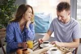 Polacy jedzą śniadania w samotności. Wybieramy herbatę zamiast kawy