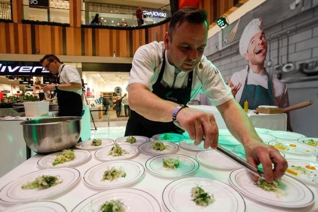 Wszyscy odwiedzający Zielone Arkady mogli obejrzeć wczoraj pokazy przyrządzania potraw z produktów, które zwyciężyły w plebiscycie na najlepsze spożywcze marki regionalne Pomorza i Kujaw. Wakcji można było zobaczyć mistrzów kuchni:Krzysztofa Bielawskiego– szefa kuchni Restauracji Meluzyna,Marcina Szukajaz Restauracji Kuchnia oraz Bulwar Bistro,Rafała Godziemskiego– właściciela Memo Restaurant & Wine, blogerkę kulinarnąAgata Jędraszczak,Sebastiana Ferenca– szefa kuchni w Hotelu City orazJózef Sadkiewicza– eksperta w branży zbożowo-młynarsko-piekarskiej ikulinarnej, prezesa i współwłaściciela Instytutu Sadkiewicza. Wszystkie potrawy przygotowane przez mistrzów kulinarnych zostały rozdane do degustacji.  Gospodarzem pokazów kulinarnych był Radosław Fonferek. Nie zabrakło również atrakcji dla najmłodszych – w strefie dla dzieci odbywały się konkursy i zabawy, w tym warsztaty z dekorowania pierników.