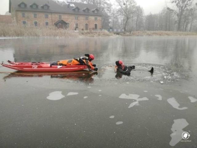 Strażacy z Paczkowa wydostali mężczyznę z lodowatej wody przy pomocy takich sań. Zdjęcie ilustracyjne