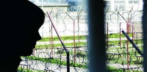 – Chciałam, żeby babcia umarła, żeby zabrała ze sobą wszystkie moje brudy – wyznaje Karolina. Chwyciła więc metalową figurkę i tłukła nią głowę babci... Dostała 11 lat więzienia. Za sobą ma już 5 i patrząc przez więzienne okno snuje plany na przyszłość.