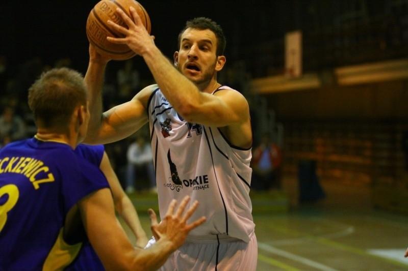 Maciej Lepczyński (z piłką) wrócił do Pogoni i znów cieszy prudnickich kibiców skuteczną grą.