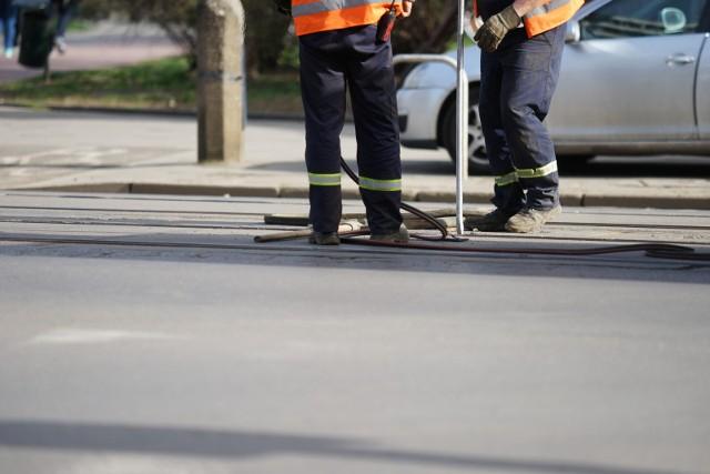 Naprawianie wybrzuszonej szyny na ul. Kościuszki. Zdjęcie archiwalne