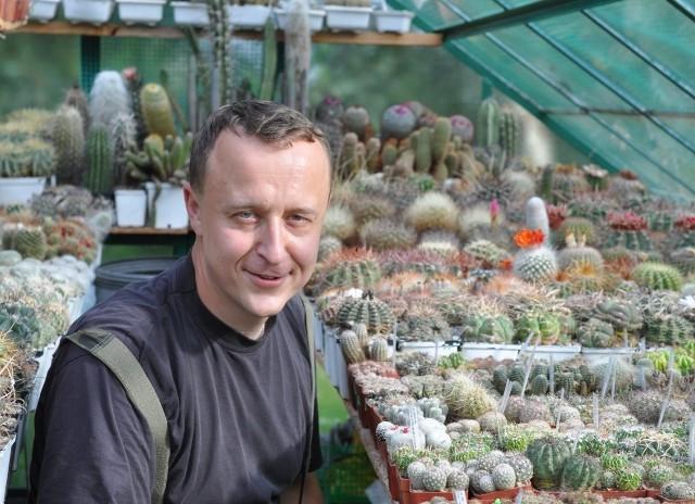 Jakub Drożdż i jego kolekcja kaktusów.