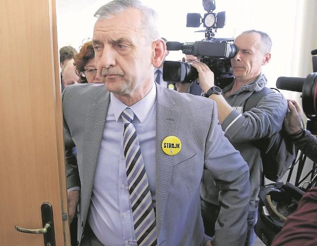 Prezes ZNP Sławomir Broniarz powiedział wczoraj po zakończeniu negocjacji z rządem, że na  razie nie widzi możliwości odwołania strajku nauczycieli. Negocjacje będą kontynuowane dziś