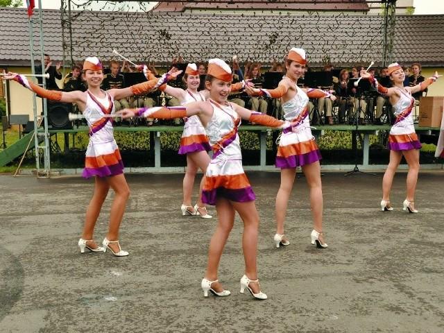 Występy mażoretek były dodatkową atrakcją imprezy. Zaprezentowały choreograficzne układy taneczno-marszowe do muzyki orkiestr, żonglując i podrzucając przy tym specjalne, mażoretkowe pałeczki.