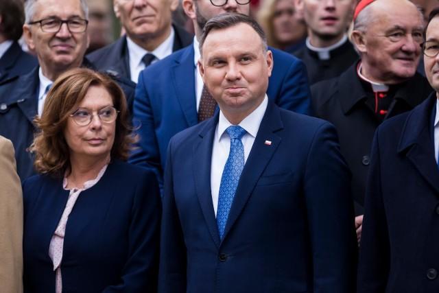 Im dalej szliśmy w kampanijny las, tym bardziej było przecież widać, jak więdną notowania Małgorzaty Kidawy - Błońskiej. Kilka słupków procentowych wyżej, ale wraz z rozwojem ekonomicznego kryzysu pandemii zaczynało też spadać poparcie dla Andrzeja Dudy.