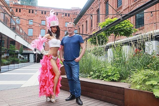 Michał Batory z jedną z modelek, które zobaczymy na kartach Kalendarza Virako, podczas zdjęć w Monopolis