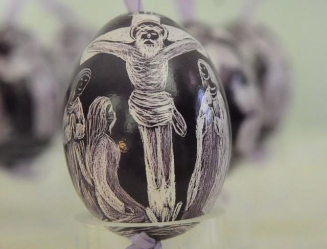 Jeden z artystów wydrapał na jajkach całą drogę krzyżową