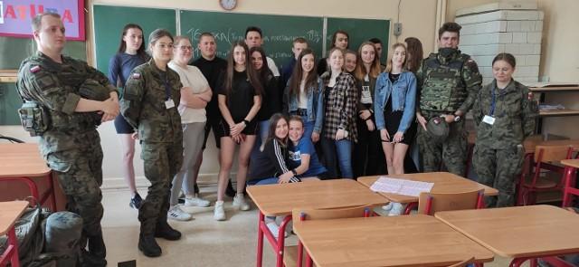 Uczniowie Zespołu Szkół w Solcu nad Wisłą, którzy uczęszczają na zajęcia Przysposobienia Wojskowego, mają teraz do dyspozycji specjalistyczny sprzęt.