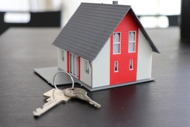 Agencja Mienia Wojskowego organizuje przetargi również na nieruchomości, w tym mieszkania. Na byłych wojskowych osiedlach nieraz oferowane są mieszkania w bardzo atrakcyjnych cenach poniżej rynkowych. Zobaczcie mieszkania z oferty AMW. Kawalerki, mieszkania kilku pokojowe i apartamenty, a także lokale usługowe na wynajem.CZYTAJ DALEJ NA NASTĘPNYM SLAJDZIE