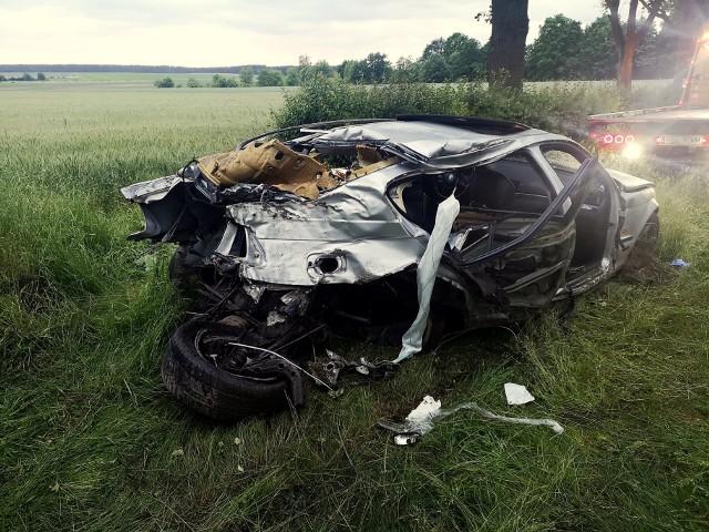 Tragiczny wypadek miał miejsce niedaleko Cybinki. Zginął 25-latek, podróżująca z nim kobieta trafiła do szpitala.