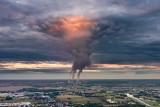 """Niezwykłe zjawisko na opolskim niebie. """"Tak wygląda fabryka chmur"""" - komentują internauci. Inni nazywają je """"dłonią z nieba"""""""