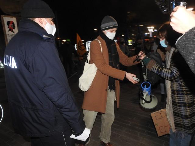 """16-letni Kacper Lubiewski ma kłopoty po ubiegłorocznym """"Spacerze dla przyszłości"""", czyli proteście organizowany przez Ogólnopolski Strajk Kobiet oraz Młodzieżowy Strajk Klimatyczny. 9 grudnia 2020 r. protest odbył w Opolu, a Kacper, który od lat walczy na rzecz poprawy klimatu, był jednym z aktywistów. Powodem kłopotów 16-latka stał się... megafon."""