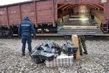 Papierosy wśród trocin i pustaków. Kontrabanda w wagonach towarowych o wartości ponad pół miliona złotych