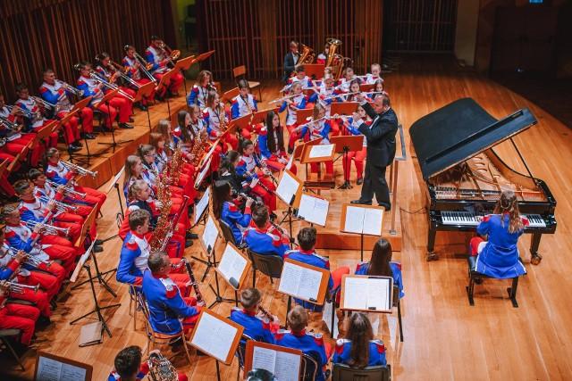 Radomska Młodzieżowa Orkiestra Dęta Grandioso chce kupić busa służacego mlodym muzykom do przewozu  instrumentów i szuka sojuszników i szuka wsparcia od słuchaczy.