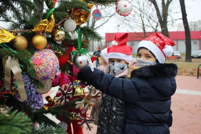 Przedszkolaki i uczniowie z Brzegu przez wiele dni przygotowywali ozdoby, które ostatecznie trafiły na świąteczne drzewko w centrum miasta.