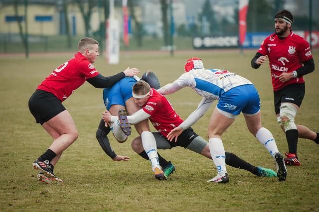 Twarda obrona Orkana Sochaczew (czerwone koszulki) staje się znakiem firmowym drużyny Macieja Brażuka