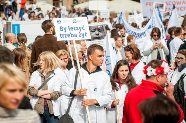 Biały protest w Warszawie. Manifestacja pracowników służby zdrowia we wrześniu 2016 roku