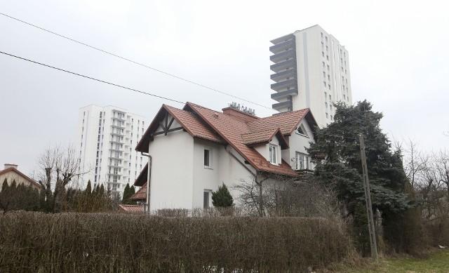 Jako jeden z przykładów fatalnego zagospodarowania miasta często podaje się rejon ulic Kurpiowskiej i Morgowej. Tuż za ogrodzeniem domów jednorodzinnych miasto pozwoliło wybudować tutaj potężne wieżowce.