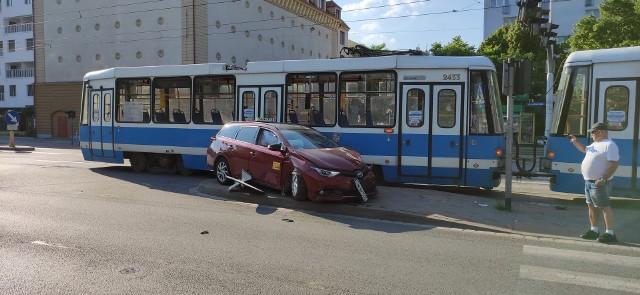 Zderzenie tramwaju z autem osobowym na skrzyżowaniu Grabiszyńskiej i Stalowej we Wrocławiu.