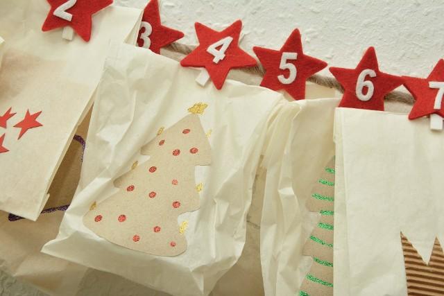 Dzieciom święta Bożego Narodzenia kojarzą się z prezentami i odliczają dni do 24 grudnia. Warto razem z nimi zrobić kalendarz, który umili im ten długi czas, jaki muszą poczekać, aż zobaczą prezenty pod choinką.