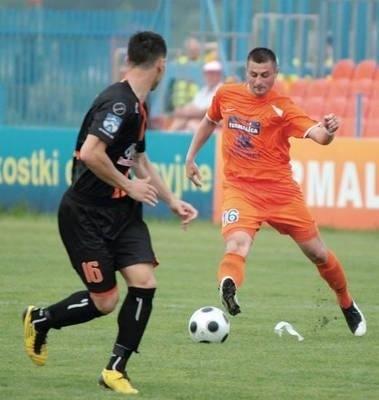 Pomocnik Marcin Szałęga (w pomarańczowej koszulce) w zakończonym sezonie wystąpił w 33 meczach Termaliki Bruk-Betu Fot. Grzegorz Golec